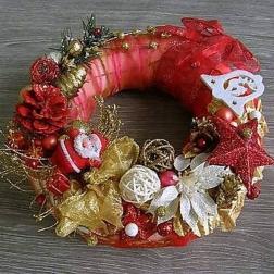 vianočný veniec na dvere s Mikulášom