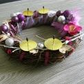 adventný veniec fialka s drevenými srdiečkami