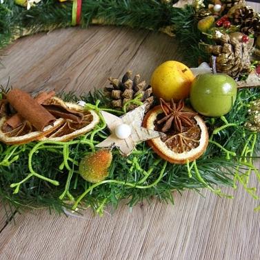 vianočný veniec na dvere s postavičkami